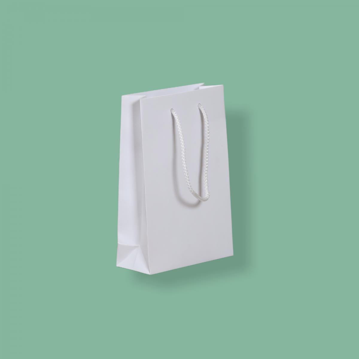 Zsinórfüles fehér simított kraft  24 x 35 + 10 cm